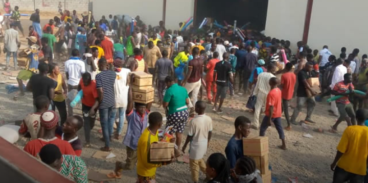 You are currently viewing Breaking: Hoodlums Resume Looting of Abuja Warehouses