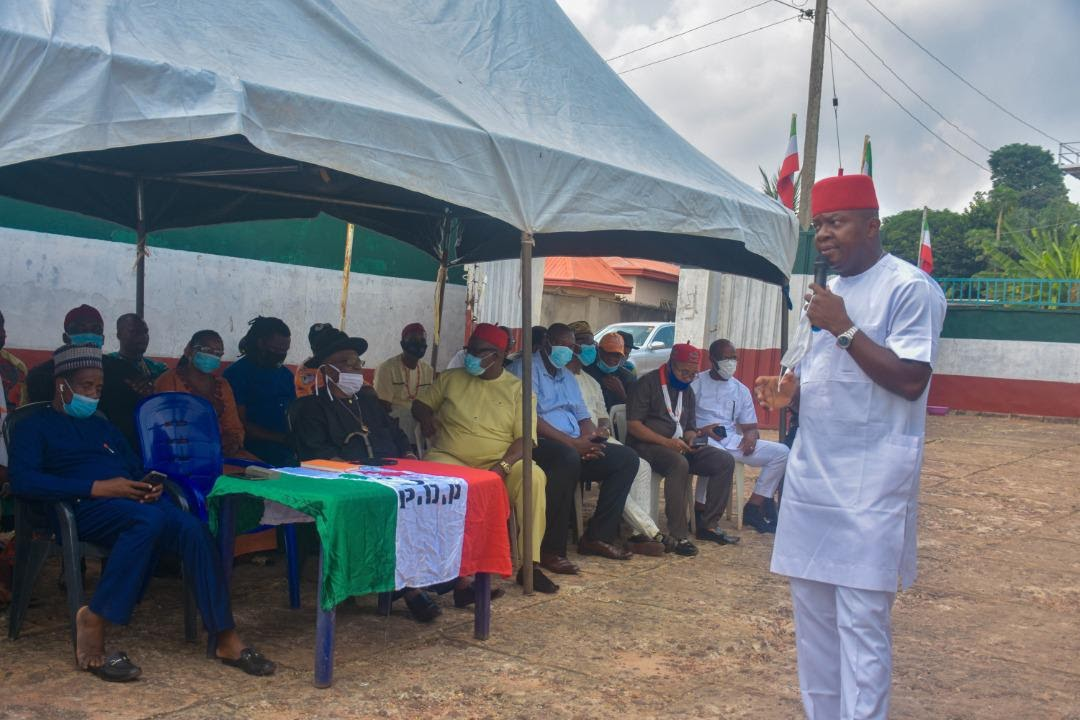 You are currently viewing MEETING WITH PDP STATE OFFICERS OZIGBO DONATES 8 SIENNA BUSES TO PALLIATE MOBILITY CONSTRAINTS