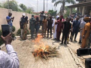 Read more about the article 20, 000 APC Members Withdraw Membership from Party; Burn of brooms, Party emblem, and Flags