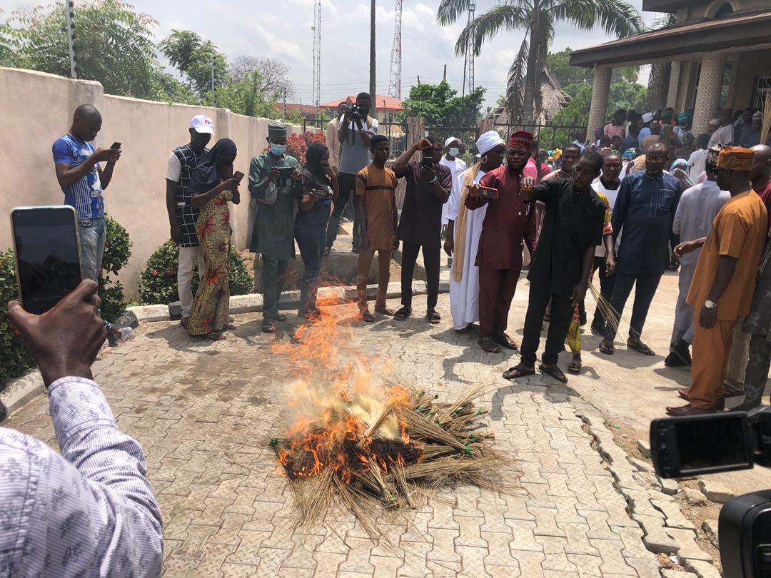 You are currently viewing 20, 000 APC Members Withdraw Membership from Party; Burn of brooms, Party emblem, and Flags